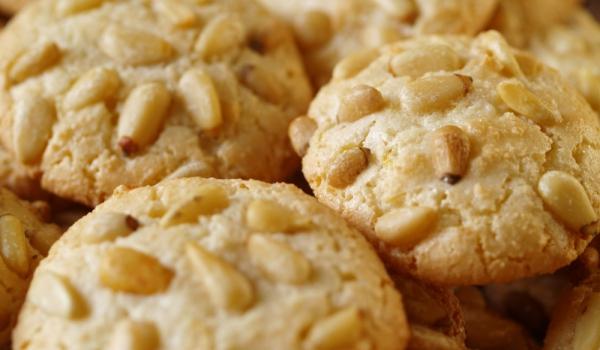 Бисквити с кедрови ядки