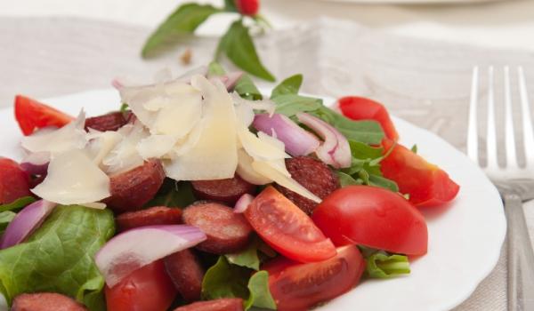 Салата от чоризо, чушки и домати