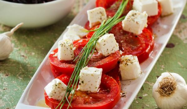 Салата с домати, сирене и чесън