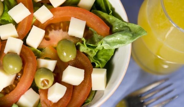 Салата домати с кашкавал