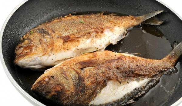 Риба в доматено чеснова марината