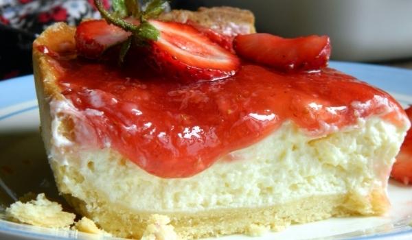 Чийзкейк със сос от замразени ягоди